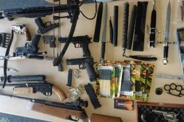 Arsenaal wapens gevonden in huis, man door het lint