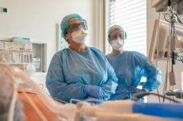 Coronanieuws: dodental door virus stijgt met 32 naar ruim 5900, Rijk helpt andere overheden